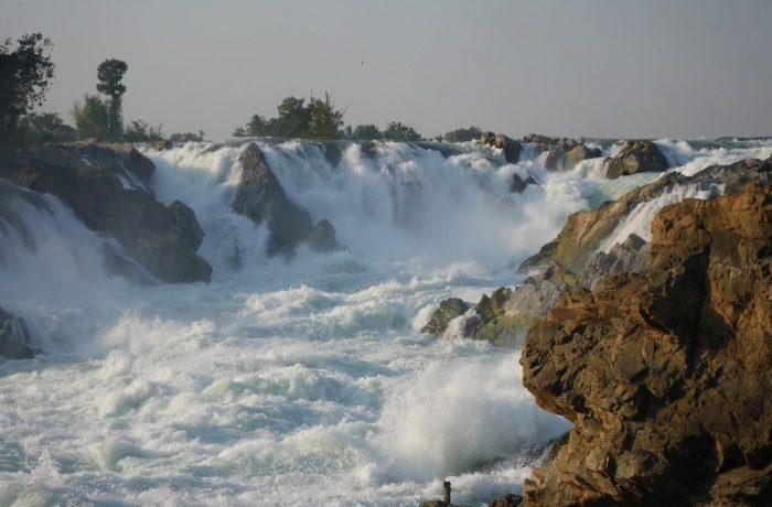 Широкий невысокий водопад