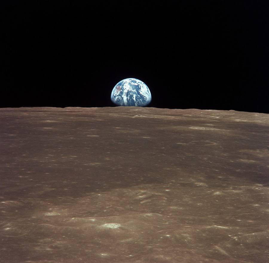 View_from_the_Apollo_11_shows_Earth_rising_above_the_moonss_horizon2